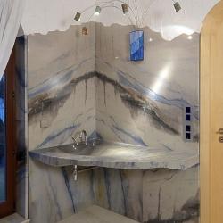 Waschtisch und Duschwände