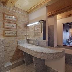 Waschtisch und Boden aus Bianco Sardo