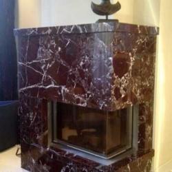 Ein moderner Kamin mit klassischer Natursteinverkleidung